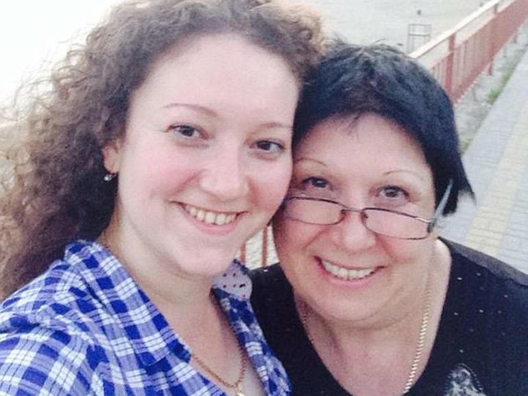 ナディアと母親のアラ